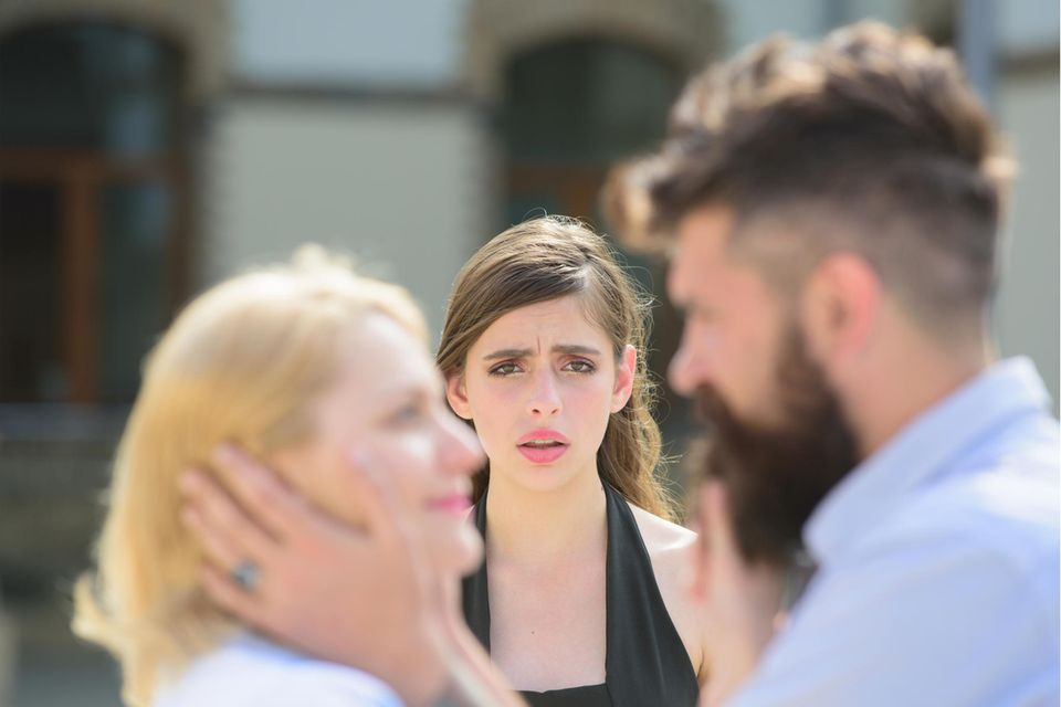 Mann trifft sich mit zwei Frauen gleichzeitig.
