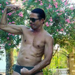 Jorge Gonzalez posiert mit seinen Muckis.