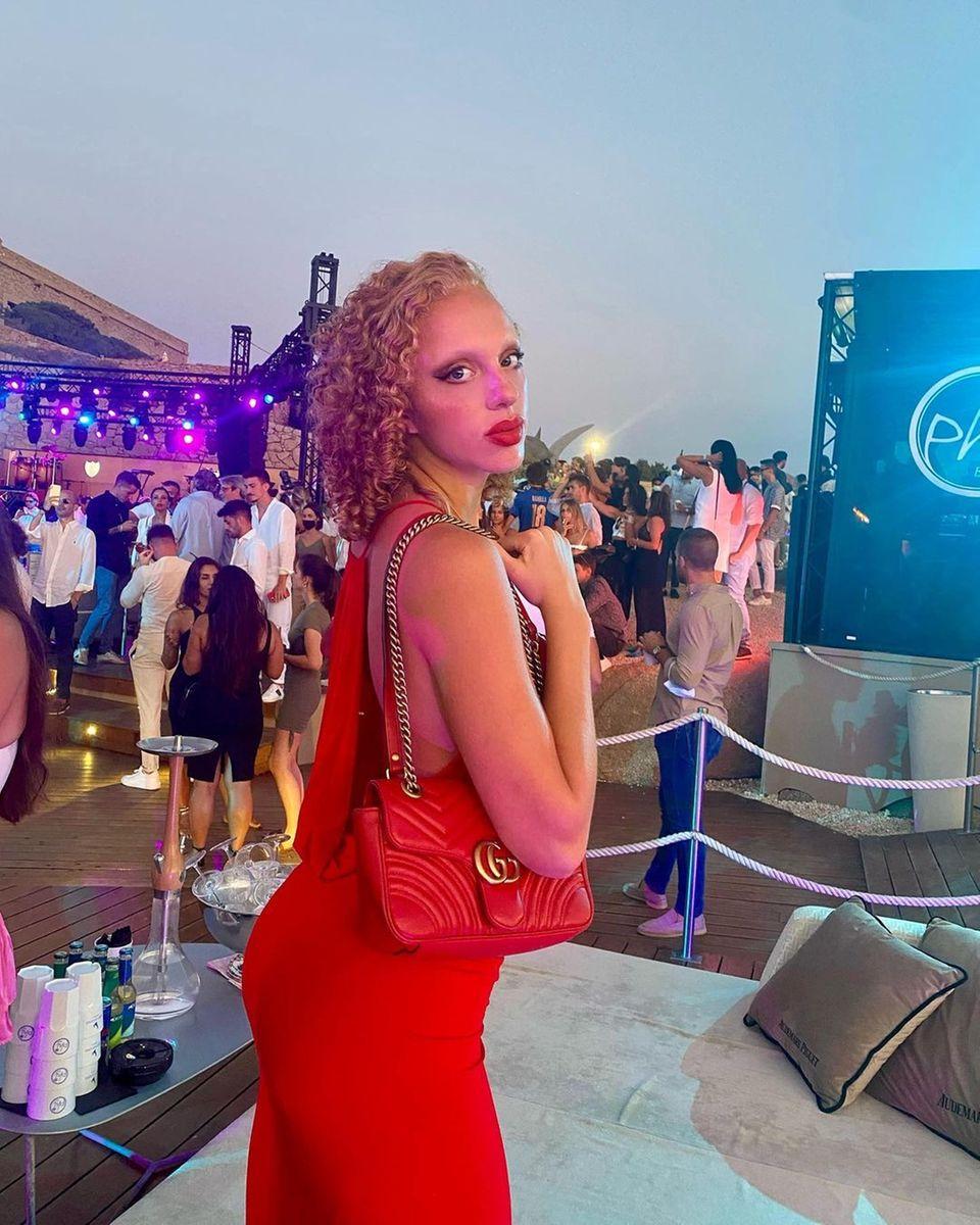 Anna Ermakova posiert auf einer Party für ein Foto.
