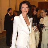 Iris Berben gehört zu den Menschen, die nicht zu altern scheinen. 2001, bei einem Benefizabend, besticht die damals 51-Jährige in einem weißten Hosenanzug, mit offenen Haaren und kleinen Perlenohrringen. Auch 20 Jahre später hat sich an der Stilsicherheit der Schauspielerin nichts verändert, wie Bilder beweisen.