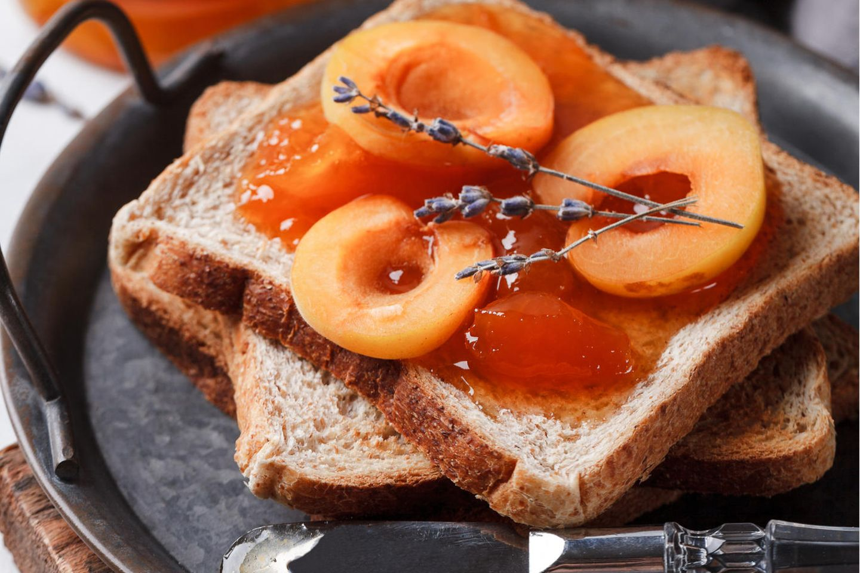 Gebackene Aprikosen auf Brot