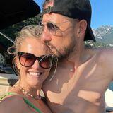 Mit einem breiten Lächeln genießt Monica Meier-Ivancan einbesonderes Date mit ihrem Mann. Das Paar freut sich auf die Zeit zu zweit bei einer Bootsfahrt über den Luganer See. On top gibt es auch noch einenliebevollen Kuss auf die Stirn und macht damit Monicas Urlaubsglück perfekt.