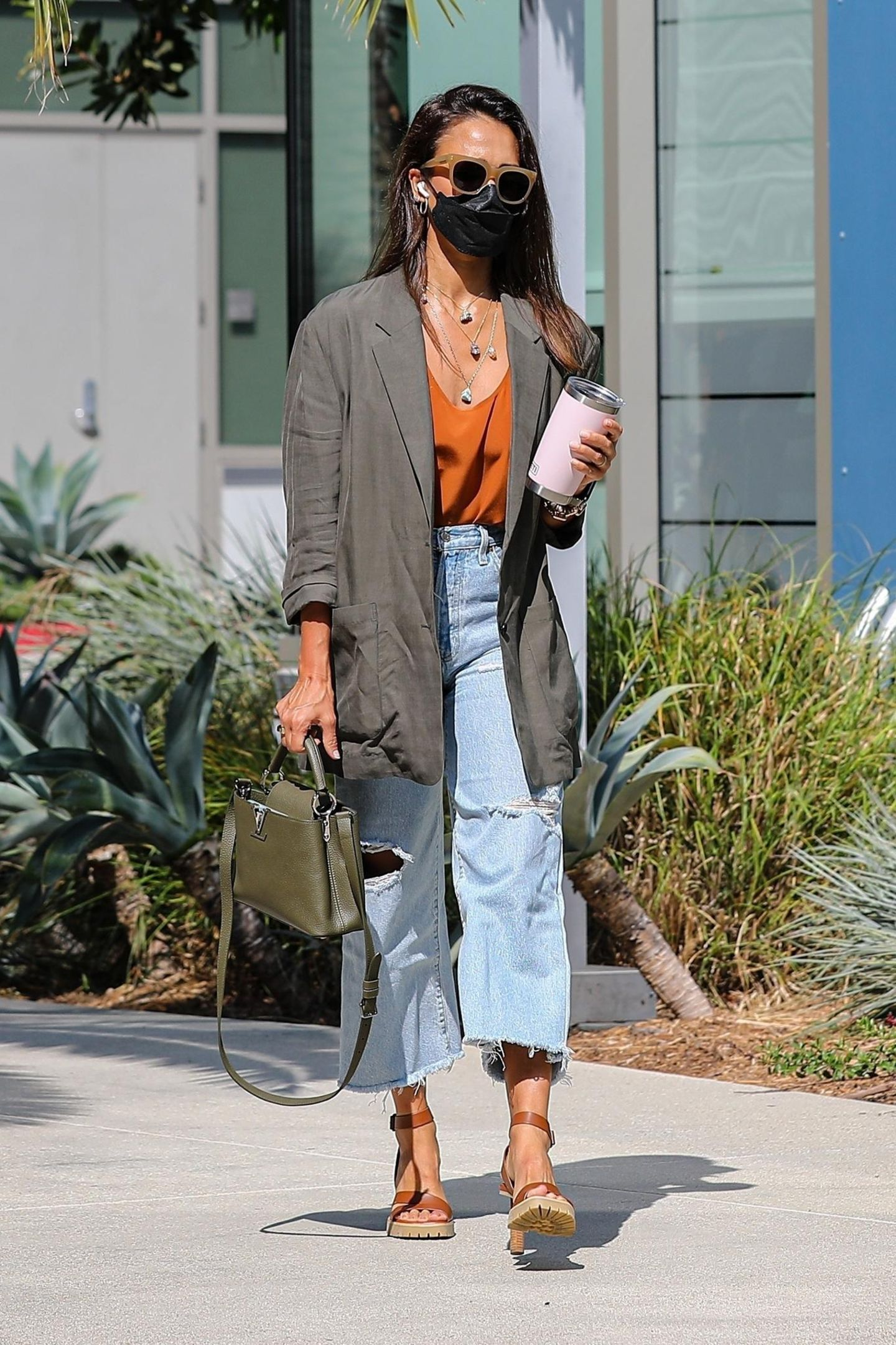 XL-Blazer, zerrissene Jeans und ein luftiges Satin-Top: Jessica Alba hat den Übergangslook bis ins letzte Detail perfektioniert. Vor allem die Accessoires sind wahre Schätze und hoch exklusiv. So trägt sie braune Sandalen von Tamara Mellin für ca. 595 Euro, eine Tasche von Louis Vuitton für 3.900 Euro und einer Mia-Farrow-Sonnenbrille.