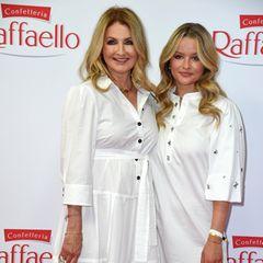 Die beliebte TV-Moderatorin kommt in Begleitung ihrer Tochter Nele, die sie erst kürzlich in der GALA vorstellte.