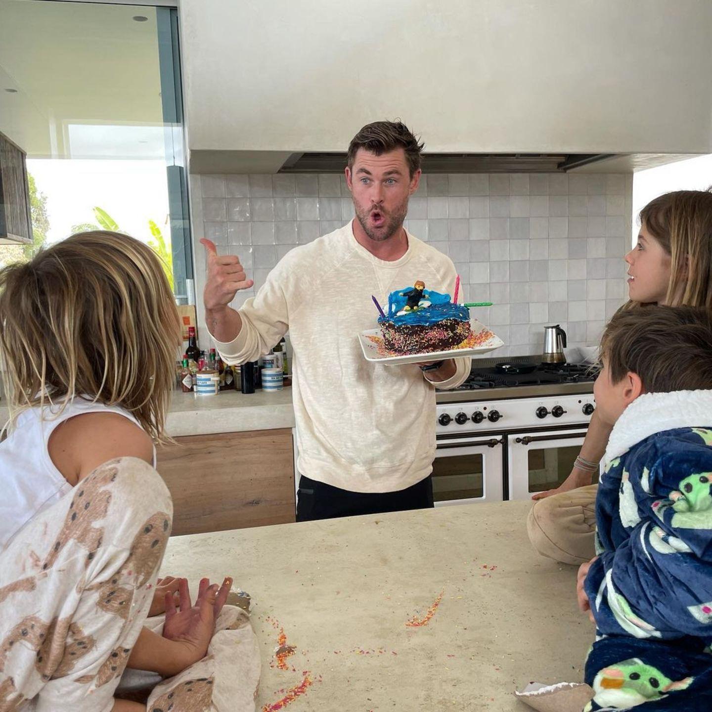 Am 11. August 2021 feiert Chris Hemsworth seinen 38. Geburtstag. Seine drei Kinder India, Tristan und Sasha überraschen ihn an diesem Tag mit einer selbst gemachten Torte – und die ist bei näherem Hinschauen zuckersüß ...