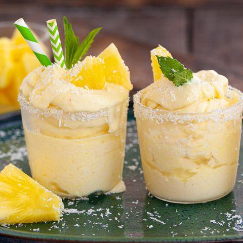 Leckeres Eis serviert mit Ananas