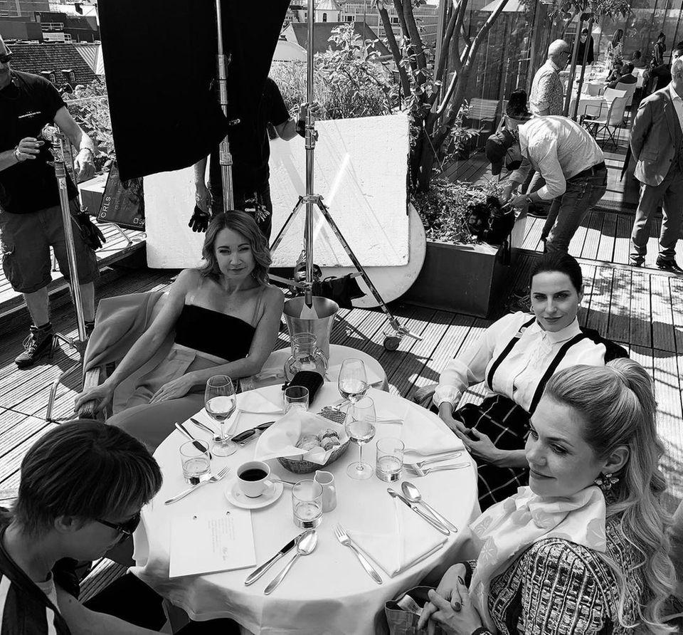 """Drehschluss am Set von""""Herzogpark"""". Felicitas Woll und ihre bezaubernden Kolleginnen Lisa Maria Potthoff und Antje Traue beenden vier Monate Dreharbeiten in München. Felicitas bedankt sich auf Instagram für das starke Team und die tollen Frauen, mit denen die Schauspielerinwährend dieser Zeit arbeiten durfte. Nun freut sich Felicitas auf eine kleine Auszeit mit den Liebsten."""