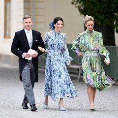 Die ersten Taufgäste von Prinz Julian treffen fröhlich an der Schlosskirche von Drottningholm ein.