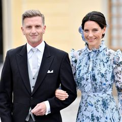 Unter den Gästen sind Johan und Stina Andersson. Prinz Carl Philip und Prinzessin Sofia wählen ihre Freunde als Taufpaten für ihren dritten Sohn Prinz Julian.