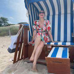 Ruth Moschner im Strandkorb am Strand