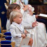 Im süßen Partnerlook kommen Prinz Alexander und Prinz Gabriel zur Taufe ihres jüngeren Bruders. Die zwei sitzen neben Mama Prinzessin Sofia, die den Täufling in den Armen hält.