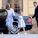 Prinzessin Adriennes ältere Schwester Prinzessin Leonore ist natürlich auch unter den Taufgästen und hat sich für diesen Anlass schick gemacht.
