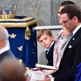 Prinz Oscar schaut während des Taufgottesdienstes zu seiner Schwester Prinzessin Estelle. Gemeinsam sitzen sie in der Kirche neben ihren Eltern Prinzessin Victoria und Prinz Daniel.