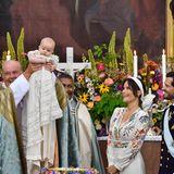 Beim Anblick ihres soeben getauften Kindesplatzen Prinzessin Sofia und Prinz Carl Philip fast vor Stolz.