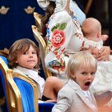 Der Mittagsschlaf fällt an diesem Taufsamstag leider aus – Prinz Gabriel ist das anzusehen. Prinz Alexander jedoch scheint wach auf seinem Stuhl herumzurutschen. Langes Stillsitzen ist oft auch einfach anstrengend.