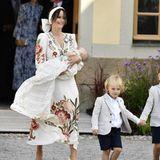 Das Kleid der schwedischen Prinzessin stammt von Etro (Preis rund 959 Euro) und verzaubert durch sein sommerliches Blumenmuster, lange Ärmel und einen V-Ausschnitt.