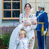 Der Rummel um Brüderchen Julian scheint Prinz Gabriel nicht ganz geheuer zu sein. Schutz sucht er bei Mama Sofia – und findet ihn sowohl dort als auch zum Teil unter dem traditionellen Taufkleid des Babys.
