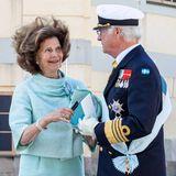 Süße Geste: Als der Hut von Königin Silvia wegen des Windes von ihrem Kopf weht, fängt König Carl Gustaf diesen wieder ein und gibt ihn seiner Frau zurück. Die Freude darüber ist in den Augen der Königin zu sehen.