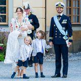 Na das lief doch alles super! Fröhlich zeigt sich die Familie um Täufling Prinz Julian nach dem Gottesdienst vor der Kirche.