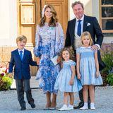 Strahlend schön präsentiert sich Prinzessin Madeleine zusammen mit ihrer Familie nach der Zeremonie. Royales Blau scheint der heimliche Dresscode des Quintetts zu sein, denn allesamt werden sie in der Farbe gesichtet. Besonders süß: Die Schwestern Prinzessin Leonore und Prinzessin Adrienne tragen die gleichen Kleider. Ihr Bruder Prinz Nicolas hat sich modisch von PapaChristopher O'Neill beeinflussen lassen.