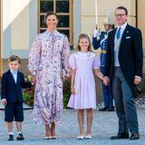 Nach der Taufe von Prinz Julian posieren Prinzessin Victoria und Prinz Daniel mit ihren Kindern Prinz Oscar und Prinzessin Estelle für ein Erinnerungsfoto. Auch farblich bildet das Quartett dank aufeinander abgestimmten Looks eine Einheit.