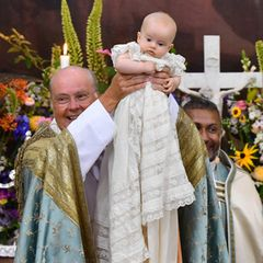 Der Täufling trägt das traditionelle Taufkleid der königlichen Familie. In Schweden wird es von Generation zu Generation weitergereicht. Nach Prinzessin Adrienne, die darin im Juni 2018 getauft wurde, ist nun Prinz Julian an der Reihe und führt die Tradition fort.