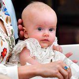 14. August 2021  Prinz Julian wird in der Schlosskirche von Drottningholm getauft. Während der Zeremonie sitzt der dritte Sohn von Prinzessin Sofia und Prinz Carl Philip auf dem Schoss seiner Mama.