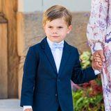 Auch Prinz Oscar trägtzur Taufe seines Cousins eine kurze Hose in Kombination mit einer Anzugsjacke in Dunkelblau. Besonders süß ist die hellblaue Fliege am Hals des Fünfjährigen.