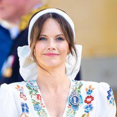 Zur Taufe ihres jüngsten Sohnes Prinz Julian setzt Prinzessin Sofia auf ein auffälliges Accessoire: DasweißeHaarband mit XL-Schleife umschmeichelt Sofias Gesicht und passt farblich perfekt zu ihremEtro-Kleid und denauffälligen Perlenohrringen. Aber auch von hinten ist ihre Frisur ein toller Hingucker.