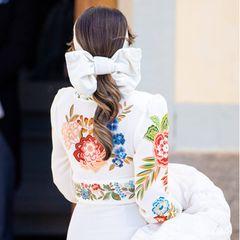Die Schleife in Prinzessin Sofias Haar ist so drapiert, dass sie das Haargummi verdeckt. Der Pferdezopf ist in leichte Wellen gelegt, sodass Sofias blonde Highlights besonders gut zum Vorschein kommen.