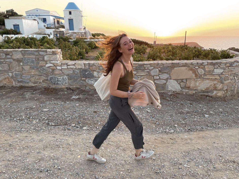 """""""Es folgen ein paar Griechenland-Bilder"""", kündigt Maria Ehrich auf Instagram an und versorgt ihre Fans sogleich mit ein paar wunderschönen Schnappschüssen. Die Fotos zeigen sie im Urlaub in Griechenland: Fröhlich läuft sie darauf dem Sonnenuntergang entgegen. """"Du happy Soul"""", kommentiert Schauspielkollegin Lisa-Marie Koroll und viele Follower von Maria Ehrich stimmen ein."""