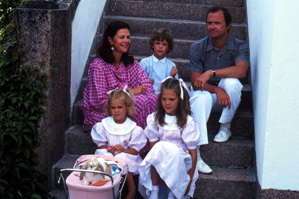Ein Foto aus Prinzessin Victorias Kindheitstagen beweist: Das Kleid, welches Estelle trägt,gehörte ursprünglich ihrer Mutter.