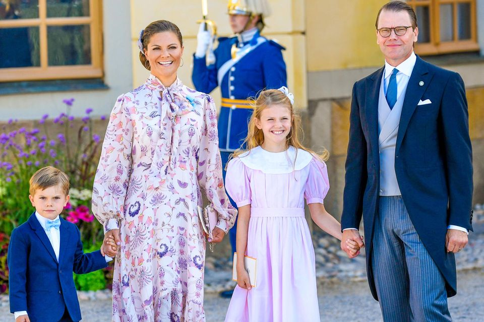 Die schwedische Königsfamilie posiert anlässlich der Taufe von Prinz Julian für die Fotograf:innen.