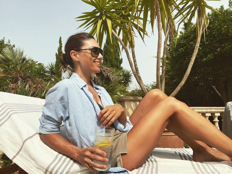 Urlaubsgrüße: Nazan Eckes auf Sonnenliege