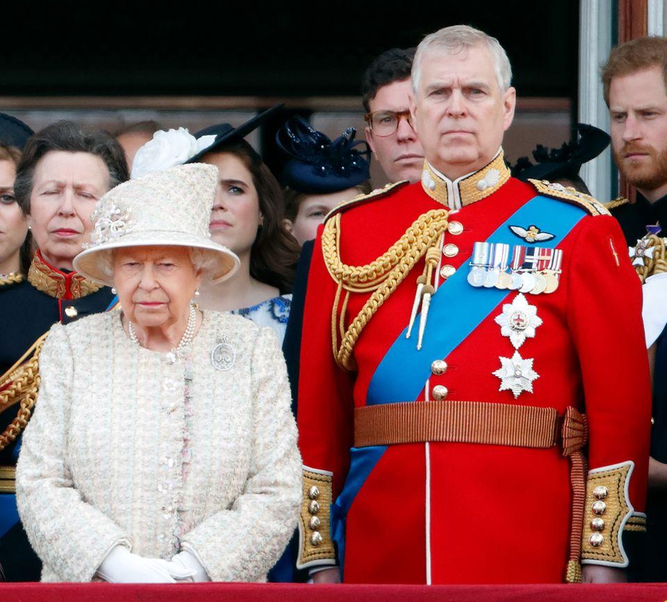 Keine Teilnahme bei Trooping The Colour 2022, keine militärischen Verantwortung mehr und sogar der Entzug seines königlichen Titels? Auf Prinz Andrew könnten schwere Zeiten zukommen, in den auch Queen Elizabeth nichts mehr für ihn tun kann.