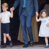 Prinz George und Prinzessin Charlotte tragen bei der Taufe ihres kleinen Bruders, Prinz Louis, Outfits, die denen der Schweden-Royals ähneln. Zufall? Wohl kaum! Keine Königsfamilie ist berühmter als die englische, dass sich Prinzessin Madeleine und Prinzessin Sofia von Schweden in Sachen Dresscode was abschauen, kann gut sein! Charlotte erschien damals im zartblauen Blumenkleid und mit weißen Söckchen, während ihr großer Bruder ebenfalls dunkelblaue Shorts zu Söckchen und Loafer in der gleichen Farbe trug. George kam damals allerdings – anders als Gabriel und Alexander – ohne Sakko. Die britischen Minis dürften aber durchaus als Inspirationsquelle für die jüngsten Looks der Schweden genommen worden sein.