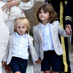 Auch die Brüder des Täuflings, die Prinzen Alexander und Gabriel, wurden von ihren Eltern für den großen Tag im Partnerlook angezogen. Zur dunkelblauen Shorts trugen beide weiße Hemden und beigefarbene Sakkos in XXS-Format. Dazu dunkelblaue Söckchen und Loafer in der gleichen Farbe. Looks, die wir von anderen Mini-Royals aus England kennen...