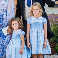 Zartblaue Kleidchen mit weißem Kragen, dazu weiße Strümpfe und weiße Lackschuhe – Prinzessin Adrienne und PrinzessinLeonore sahen bei der der Taufe ihres Cousins Prinz Julian am Samstag (14. August 2021) nicht nur zuckersüß aus, sie traten auchim Partnerlook auf ... Die Inspirationsquelle für diesen sommerlich-schicken Style der Mini-Royals?