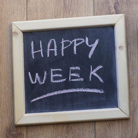 """Holztafel ziert die Aufschrift """"Schöne Woche"""""""