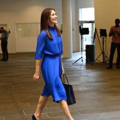 Prinzessin Mary im blauen Kleid