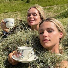 Michelle Hunziker trinkt Kaffee im Heu