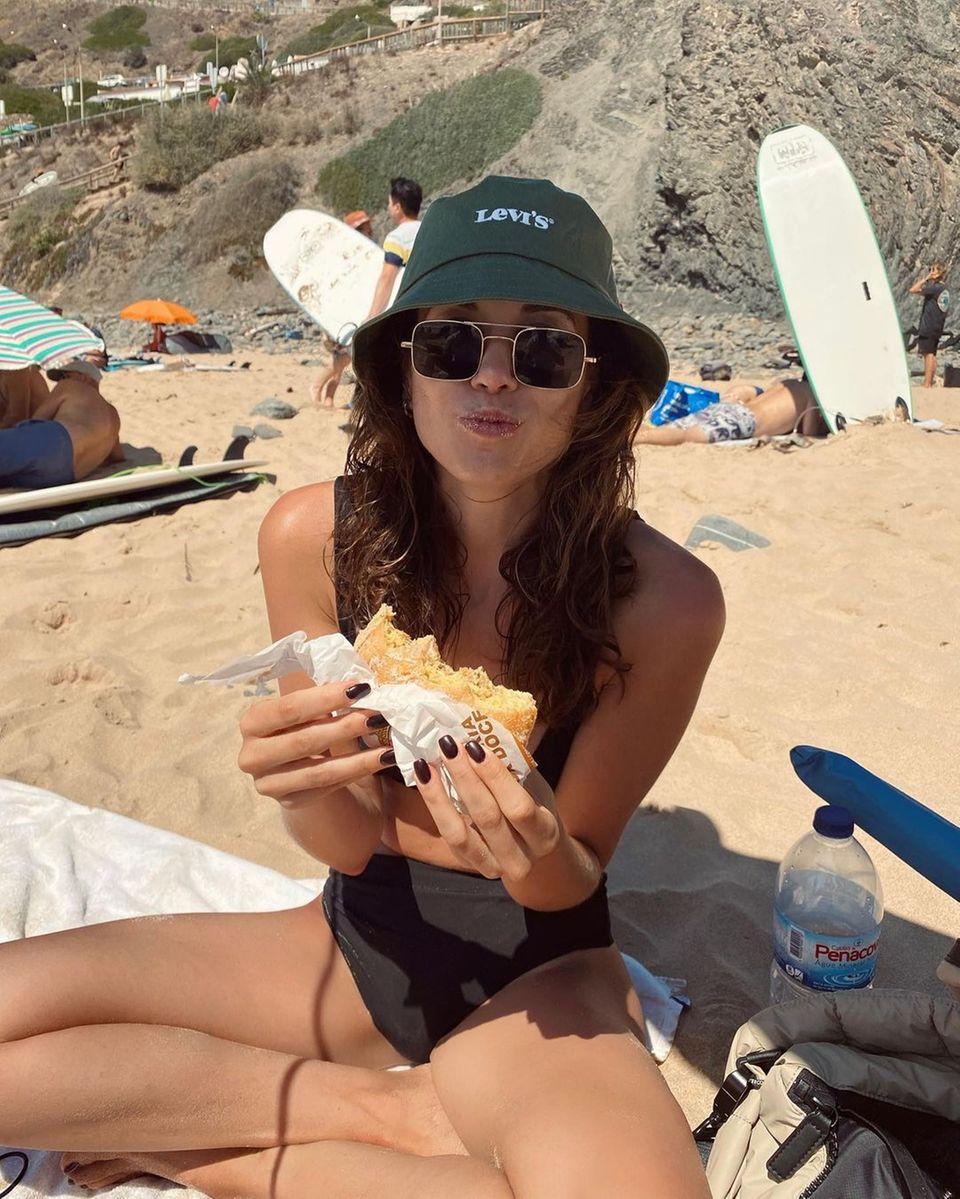 Mahlzeit: Mandy Capristo mit Panini am Strand