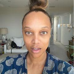 Huch! So hätten wir Supermodel Tyra Banks nun wirklich kaum erkannt! Die 47-Jährige zeigt sich ihren Instagram-Followern ohne Make-up und mit ihrer natürlichen Haarpracht. Und die ist vor allem am Ansatz schon ein bisschen grau, wenn man genau hinschaut.Wir finden: Natürlich steht ihr auch sehr gut!