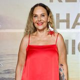 Sowohl Lippenstiftfarbe als auch Haare hat die Unternehmerin zehn Jahre später, zur Remus Charity Night auf Mallorca, verändert. Treu geblieben ist Natascha Ochsenknecht allerdings ihrer Vorliebe für markanten Ohrschmuck. Dieses Exemplarscheint farblich perfekt auf das leuchtend rote Satin-Kleid abgestimmt zu sein.