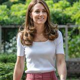Auch Herzogin Catherine hat eine pinkfarbene Hose im Schrank. Die Britin stylt ihr Exemplar allerdings deutlich sportlicher als die Kronprinzessin von Dänemark ...