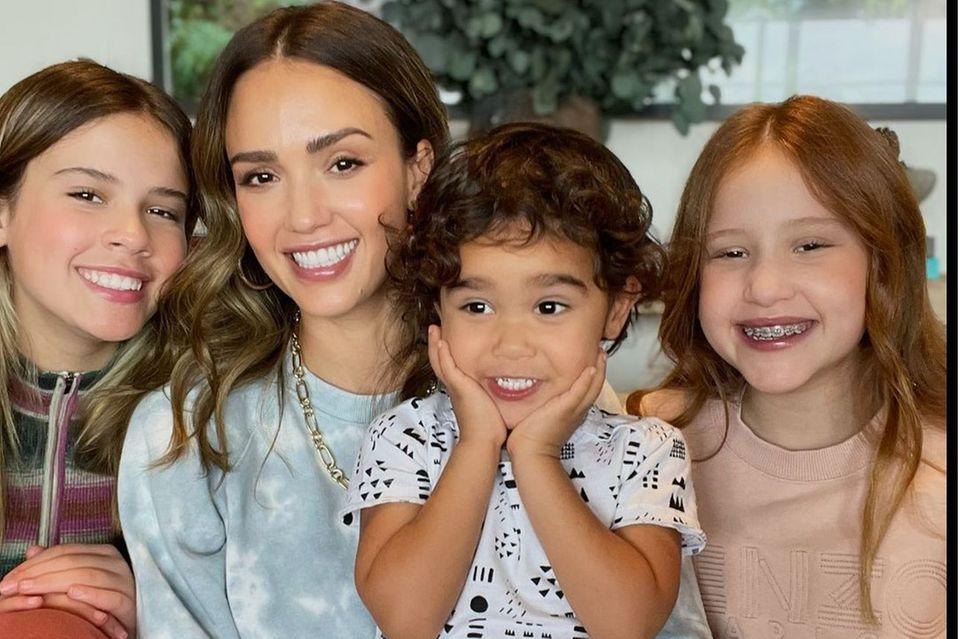 Jessica Alba mit ihren Kindern Honor (l.), Hayes und Haven (r.)