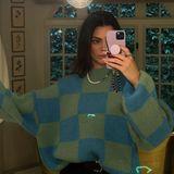 """Kendall Jenner ist sichtlich begeistert von ihrem neuen Oversize-Pullover mitKaro-Muster. Das Model teiltseineFreude mit einem Spiegelselfie und den Worten: """"Dieser Sweater hat mich gepackt"""" auf Instagram. Der Pullover in Blau-Grün stammt von dem dänischen Modelabel Stine Goya – und steht auch bei einem anderen It-Girl hoch im Kurs."""
