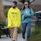 Auch Hailey Bieber zeigt sich an der Seite ihres Mannes Justin in dem kuscheligen Pullover für 245 Euro. Die 24-Jährige kombiniert ihn lässig-sportlich zu Jeans, Sneakern und Cap.