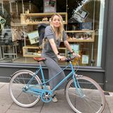 Fitness: Amber Heard  mit Fahrrad