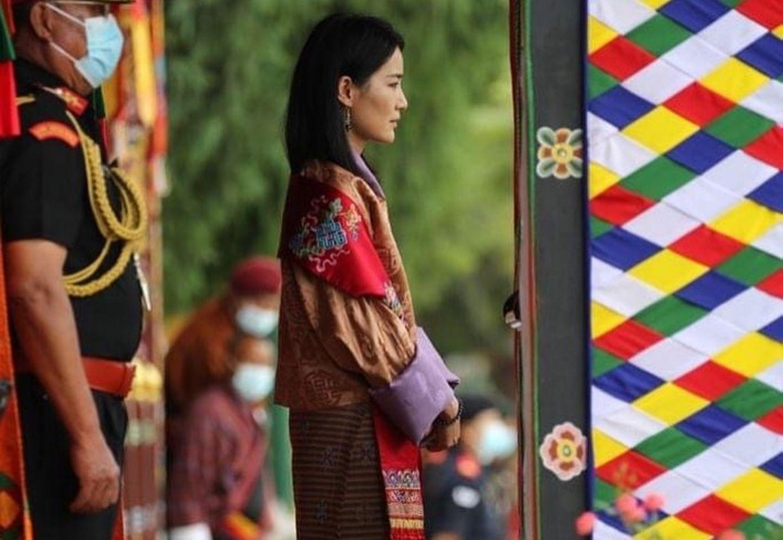 Königin Jetsun Pema beobachtet die Parade